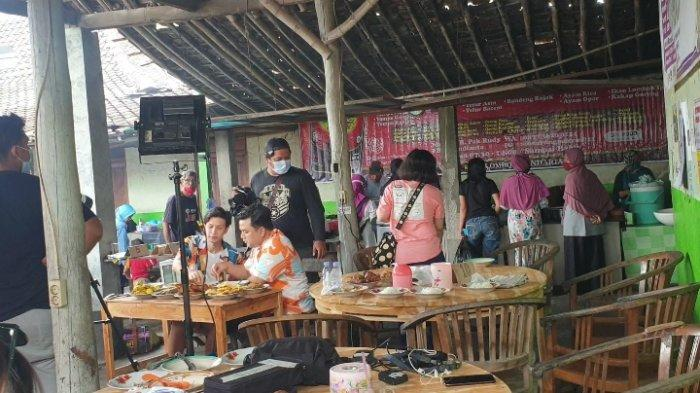 Artis Dimas Beck saat shooting salah satu acara TV di Warung Makan Pak Rudy Mojolaban Sukoharjo pada Sabtu (20/2/2021)