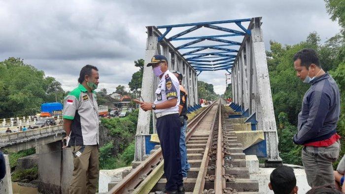 Petugas Dinas Perhubungan Sragen memeriksa lokasi kejadian di dekat jembatan tempat mobil patroli terseret, di Perlintasan rel di Dukuh Siboto, Desa Kalimacan, Kecamatan Kalijambe, Sragen, Senin (14/12/2020).