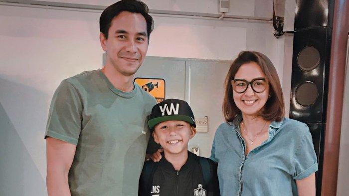 Donna Agnesia dan Darius Sinathrya bersama putra mereka, Lionel Nathan Sinathrya, yang berhasil lolos ke Tottenham Hotspur Training Camp.