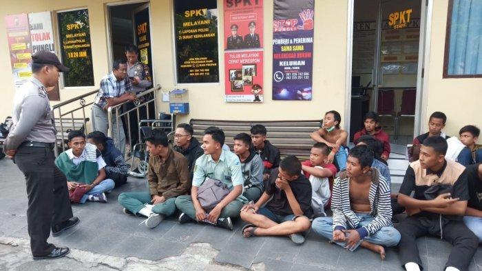 Puluhan Pelajar SMK yang Ikut Demo di DPRD Solo Diangkut dengan Truk dan Diamankan di Polresta Solo
