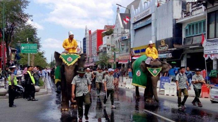 Dua ekor Gajah dari Kebun Binatang Gembiraloka saat melintas di Jalan Malioboro mengawal Gunungan yang dibawa ke Kantor Kepatihan.