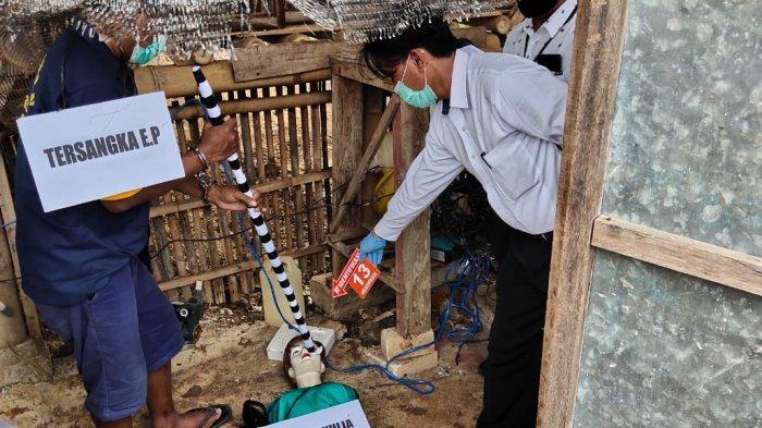 Eko Prasetyo memperagakan aksi bejatnya membunuh Yulia di kandang ayam miliknya di Dusun Ngesong, Desa Puhgogor, Kecamatan Bendosari, Kabupaten Sukoharjo, Selasa (27/10/2020).