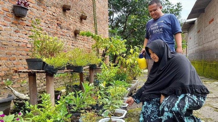 Sosok petani bernama Roisa Muhammad (32) dan istrinya Anik Dewi (32) yang menerima kompensasi Tol Solo-Jogja senilai Rp 10 miliar di Kecamatan Sawit, Kabupaten Boyolali, Jumat (19/2/2021).