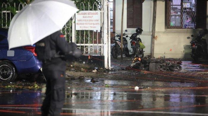 Seperti inilah suasana lokasi dan kendaraan roda dua yang digunakan pelaku bom bunuh diri di depan pagar Gereja Katedral Jl Kajaolalido, Kecamatan Ujung Pandang, Kota Makassar, Minggu (28/3/2021) malam.