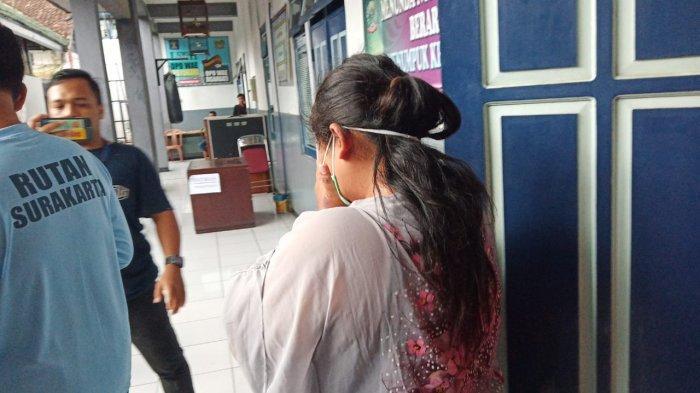 Istri Tahanan Rutan Solo yang Selipkan Sabu-sabu di Sendal, Pernah Selundupkan Ponsel ke dalam Roti