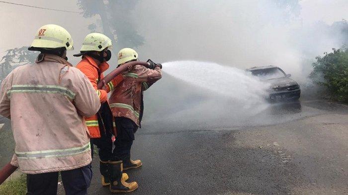 Toyota Corolla Terbakar Tiba-tiba di Tanjakan Overpass Pilangsari Sragen,Pengemudi Hanya Bisa Pasrah