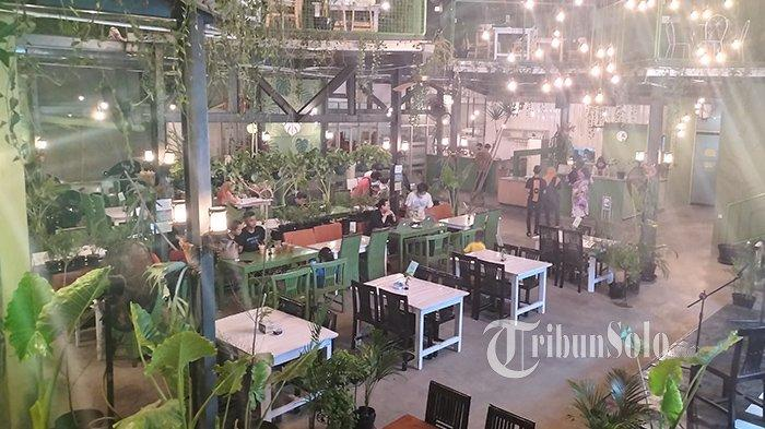 Di Tengah Kota Karanganyar, Ada Restoran Konsep Garden Cafe: Suasana Hijau Bikin Betah