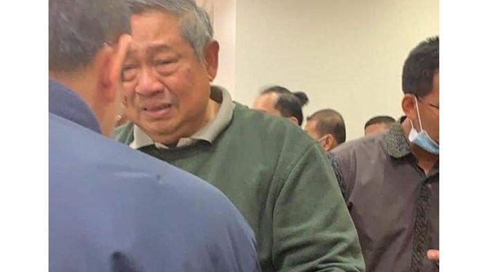 Foto SBY Menangis yang Menyentuh Hati Netizen : Menangislah Jenderal, Tumpahkanlah. . .