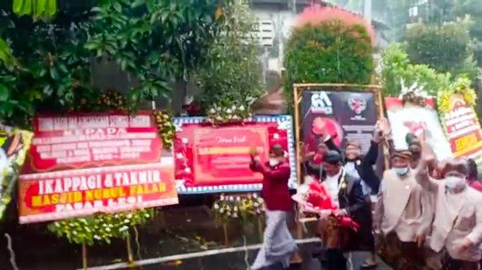 Turun dari Bus Pemkot, Rudy Basah Kuyup Terjang Hujan, Jalan Kaki ke Rumahnya di Pucangsawit Solo