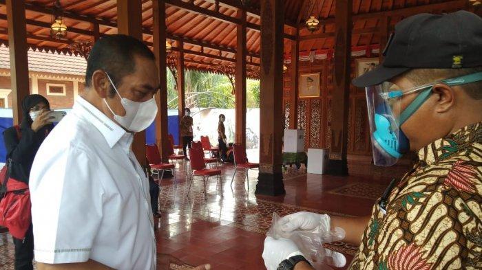 FX Hadi Rudyatmo saat mengenakan sarung tangan di TPS 18 Pucang Sawit pada Rabu (9/12/2020)