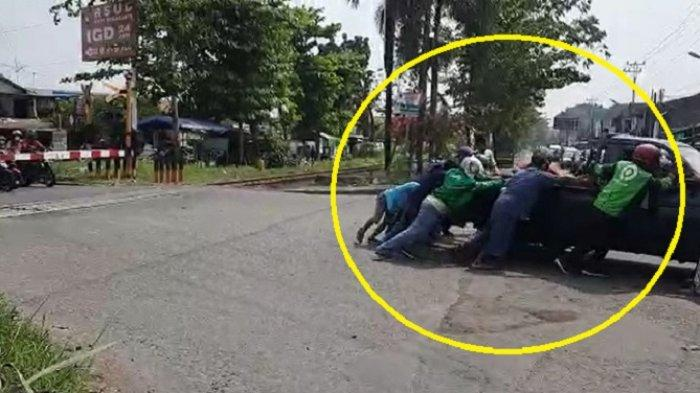 Viral Aksi Heroik Polisi & Ojol, Evakuasi Mobil Mogok di Rel Joglo Solo, Padahal Kereta Mau Lewat