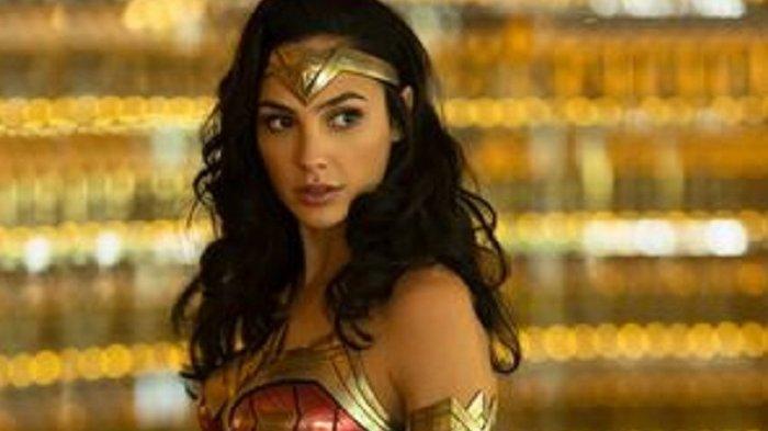 Artis peran Gal Gadot memakai kostum baru untuk sekuel Wonder Woman.
