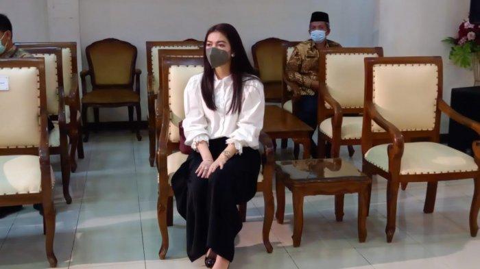 Style Anggun Selvi Ananda Dampingi Gibran Gladi Bersih Pelantikan Wali Kota Solo di DPRD