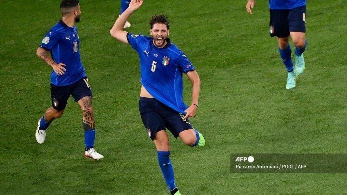 Gelandang Italia Manuel Locatelli merayakan mencetak gol pertama tim selama pertandingan sepak bola Grup A UEFA EURO 2020 antara Italia dan Swiss di Stadion Olimpiade di Roma pada 16 Juni 2021. Riccardo Antimiani / POOL / AFP
