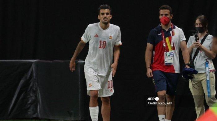 Gelandang Spanyol Dani Ceballos (tengah) melihat dari pinggir lapangan setelah cedera selama pertandingan sepak bola babak pertama grup C putra Olimpiade Tokyo 2020 antara Mesir dan Spanyol di Sapporo Dome di Sapporo pada 22 Juli 2021.