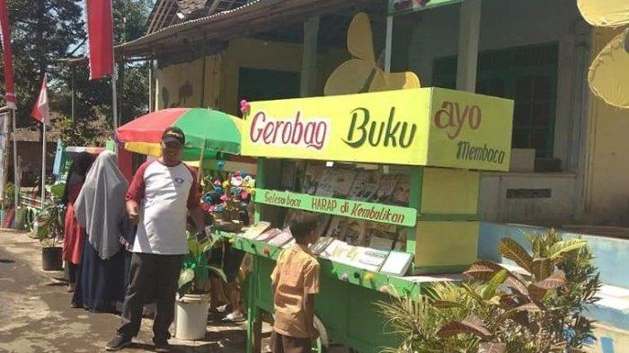 Menilik Lika-liku Perpustakaan 'Gerobak Buku' di Bawah Gunung Merbabu yang Jadi Penjaga Literasi
