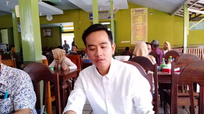 Temui Anak Muda Solo, Gibran Berpenampilan Layaknya Jokowi Pakai Kemeja Putih dengan Lengan Digulung