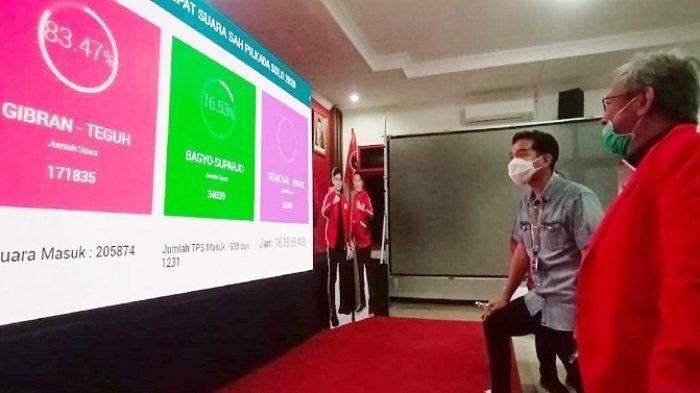 Gibran Rakabuming Raka bersama Putut Gunawan melihat hasil hitung cepat suara sah Pilkada Solo 2020 di kantor DPC PDIP, Kampung Brengosan, Kelurahan Purwosari, Kecamatan Laweyan, Rabu (9/12/2020).