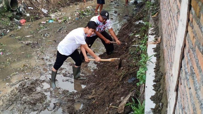 Nyemplung Kali, Gibran Putra Jokowi Ikut Bersihkan Endapan Lumpur di Kelurahan Joglo