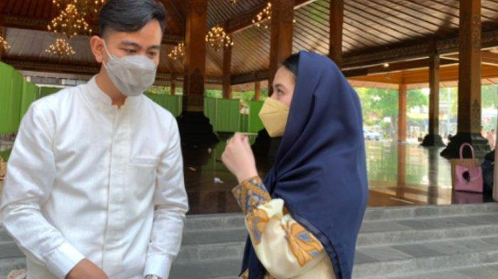 Wali Kota Solo Gibran Rakabuming dan Selvi Ananda, saat sholat Ied di Balai Kota Solo, Kamis (13/5/2021).