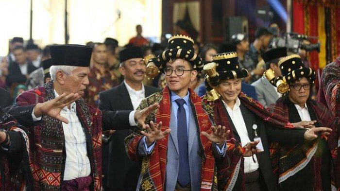 Gaya Kaku Gibran saat Manortor di Pesta Adat Kahiyang