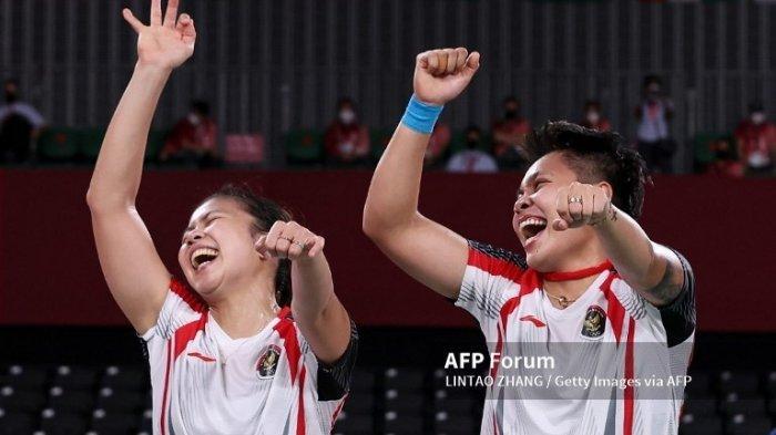 Ganda putri Indonesia, Greysia Polii dan Apriyani Rahayu merayakan kemenangan mereka atas ganda putri Cina Chen Qing Chen dan Jia Yi Fan dalam pertandingan perebutan medali emas Olimpiade Tokyo 2020 di Musashino Forest Sport Plaza, 2 Agustus 2021. (Lintao Zhang/Getty Images/AFP)