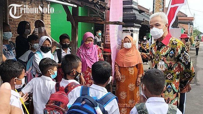 Sambut Jokowi di Klaten, Ganjar Sempatkan Bermain dengan Anak-anak: Ajak Nyanyi Garuda Pancasila