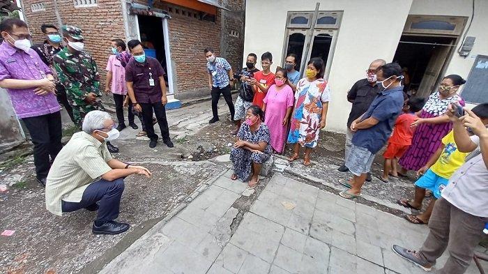 Kunjungi Solo, Gubernur Jateng Ganjar Pranowo Blusukan Masuk Gang Pantau Penyaluran BST Door to Door