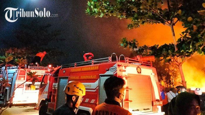 Kebakaran Hebat di Mojosongo Solo: Api Membesar Cepat, Pemadam Kesulitan Jangkau Pusat Api