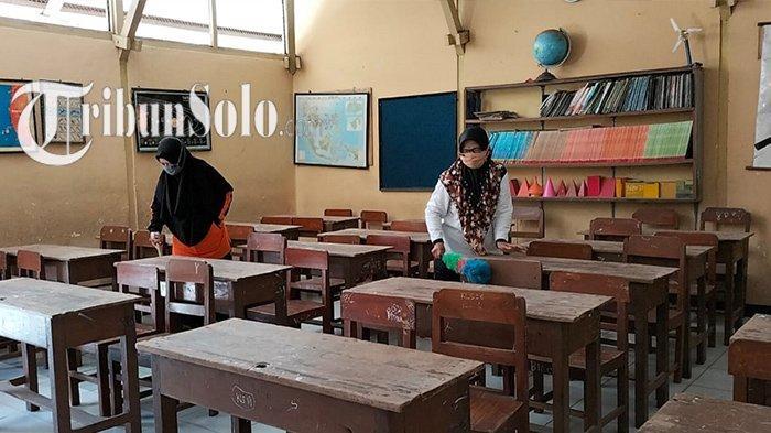 Potret Guru di Sragen Mulai Bersihkan Ruang Kelas, Berharap Pembelajaran Tatap Muka Segera Dimulai