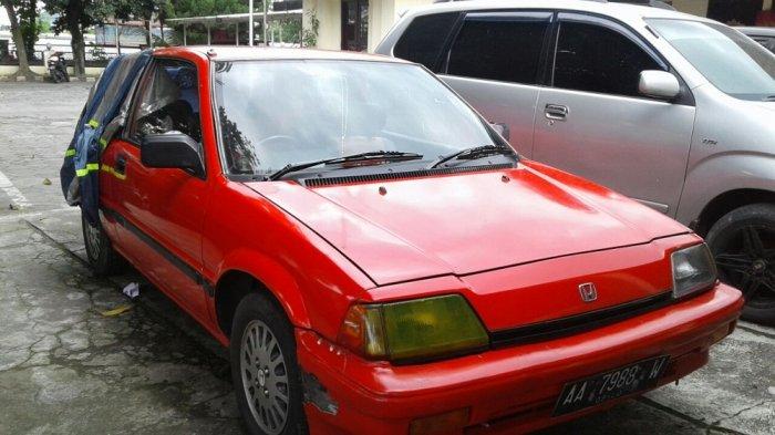 Honda Civic dan Gerobak Serabi di Kawasan Gilingan, Solo, Dirusak Sekelompok Orang