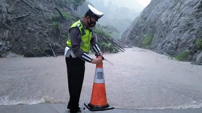 Tebing Setinggi 20 Meter Longsor Tutup Jalan di Wonogiri : Lalu Lintas Lumpuh, Tak Ada Korban Jiwa