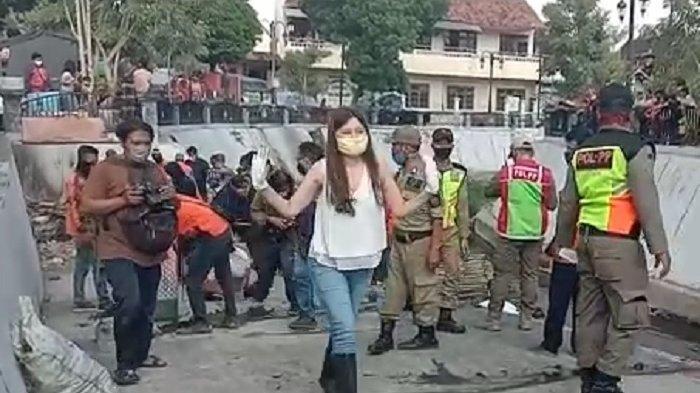 Potret Wanita Cantik Tak Pakai Masker Kena Sanksi Nyemplung di Kali Pepe yang Airnya Keruh dan Hitam