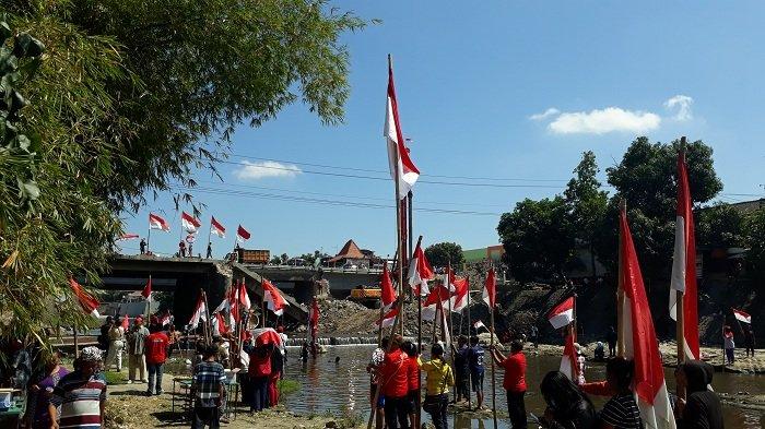 Warga Cinderejo Lor Solo Kibarkan 50 Bendera Merah Putih di Sungai Kalianyar