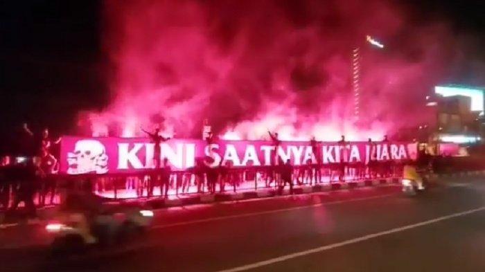 Viral Video Diduga Suporter Persis Solo Bentangkan Spanduk & Nyalakan Flare di Kawasan Tirtonadi