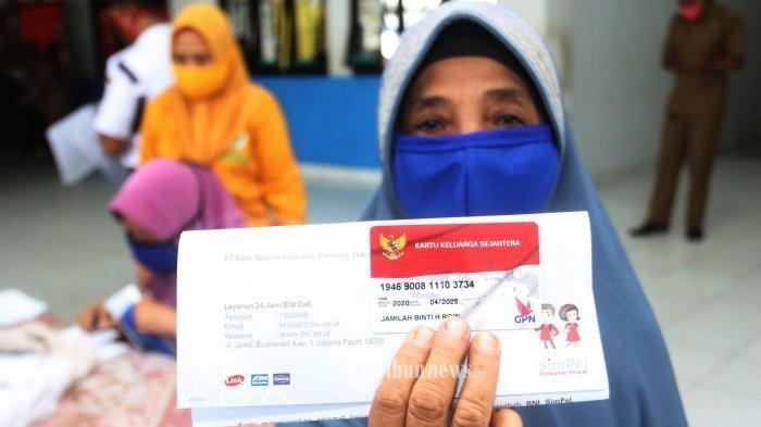 ILUSTRASI KARTU KELUARGA SEJAHTERA - Sebanyak 203 keluarga penerima manfaat dari Kelurahan Jurumudi Baru, Kecamatan Benda, Kota Tangerang, menerima penyaluran kartu keluarga sejahtera Covid-19, Senin (4/5/2020).