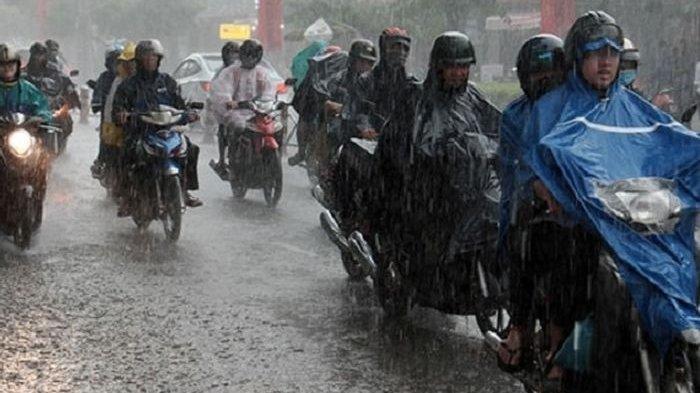 7 Tips Merawat Helm Agar Tetap Awet dan Tidak Bau Apek saat Musim Hujan, Jangan Letakkan di Spion