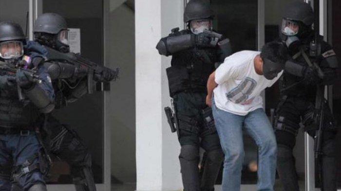 Terduga Teroris Berprofesi Pengusaha Biro Haji dan Umrah Ditangkap Densus 88 di Mojokerto