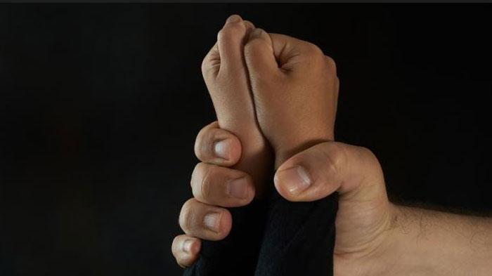 Remaja 18 Tahun Coba Perkosa Tantenya, Gegara LihatRokTersingkap Saat Berbaring