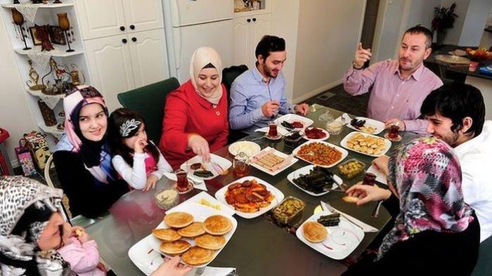 Ilustrasi: Makan bersama keluarga