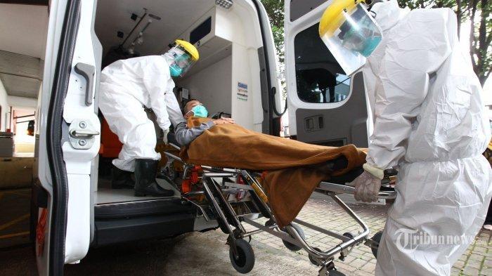 ILUSTRASI : Tenaga medis melakukan simulasi alur masuk pasien Covid-19 di Rumah Sakit Hasan Sadikin (RSHS), Jalan Pasteur, Kota Bandung, Jawa Barat, Jumat (6/3/2020). Simulasi dari mulai pasien terduga Covid-19 datang ke RSHS, diperiksa di ruang Isolasi IGD, hingga dibawa ke Ruang Khusus Isolasi Kemuning tersebut, dilakukan untuk melatih kesiapan tenaga hingga sarana medis dalam menangani dan merawat pasien terduga virus corona yang masuk ke RSHS Bandung.
