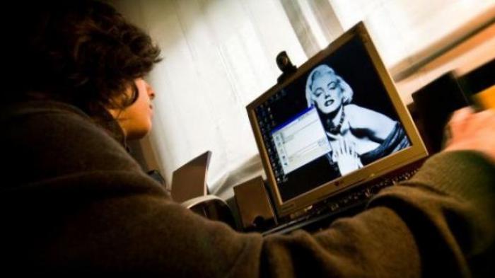 Sedang Nonton Film Porno, Pria Ini Kaget Pemerannya Pacar Sendiri, Langsung Banting Laptop