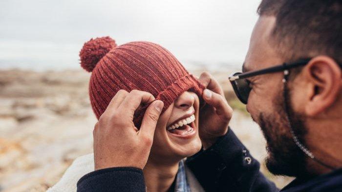 5 Keuntungan Jika Kita Punya Pasangan yang Humoris - Tribun Solo