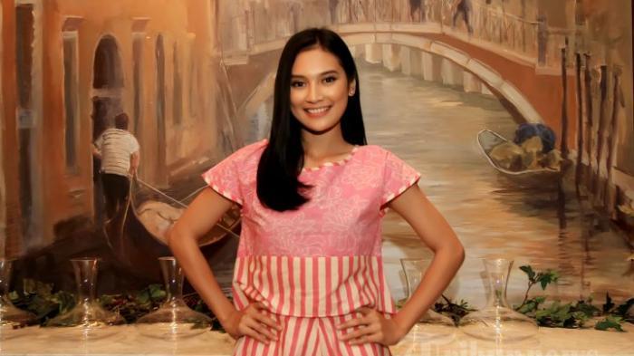 Pemain film Indah Permatasari saat konferensi pers sekaligus preview teaser film 'Rudy Habibie' di MD Place Tower, Jakarta Selatan, Jumat (5/2/2016).
