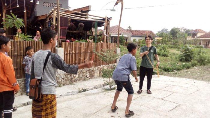 Mahasiswa Psikologi USB Solo Kenalkan Kearifan Lokal dengan Mendongeng di Pinggir Kali