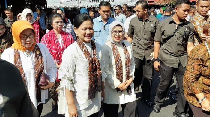 iriana-joko-widodo-bersama-mufidah-jusuf-kalla-berbelanja-di-pasar-beringharjo.jpg