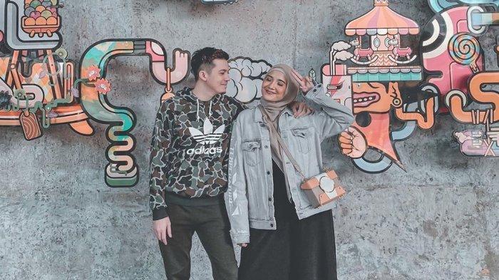 Zaskia Sungkar Berfoto Pose Angka 10 dengan Irwansyah, Kode sudah Hamil?