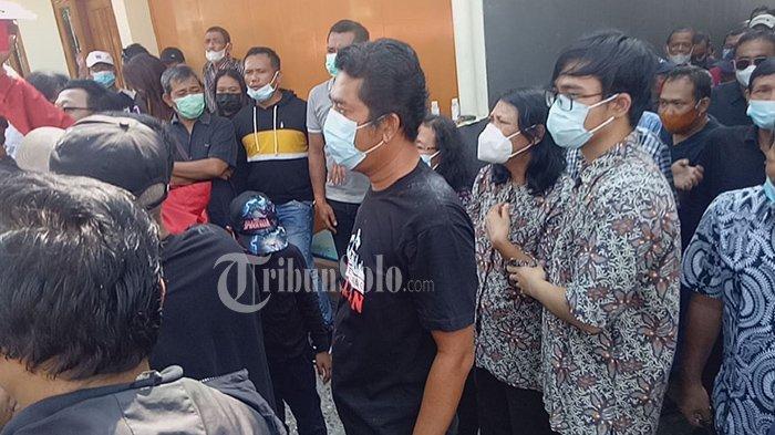 Istri Hariadi Saptono, Lucia Sukamdiatmi harus ditegarkan sang anak melepas keberangkatan mendiang ke TPU Daksinalaya, Sabtu (19/6/2021).