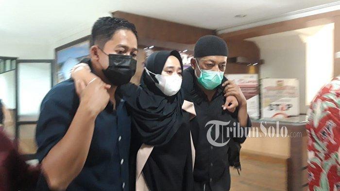 Bikin Haru, Istri Mendiang Ketua DPRD Boyolali Dipapah saat Antar Jenazah S Paryanto ke Pemakaman