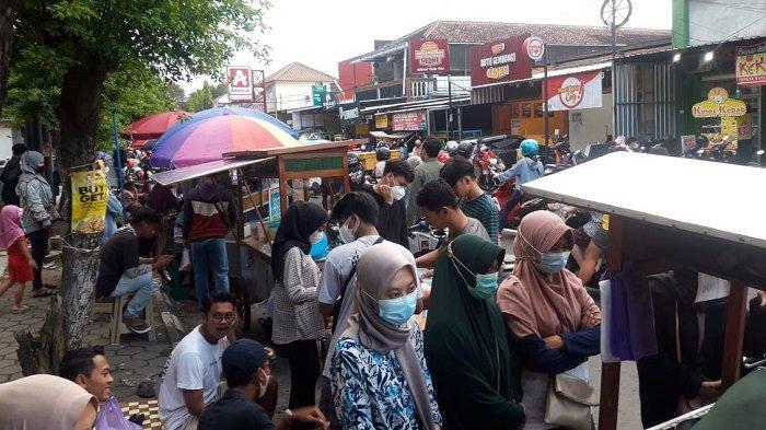 Jalanan Kampus UMS Mendadak Jadi 'Pasar Kuliner', Diserbu Para Pemburu Takjil,yang Lewat Harus Sabar